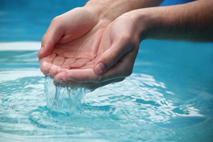 Mãos na Água e a agua escorrendo no site trabalhos escolares ponto net